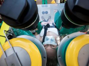 Stát zakáže kvůli koronaviru návštěvy v lůžkových odděleních nemocnic, na hranicích měří lidem teplotu