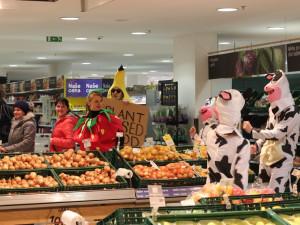 V brněnském Tescu tancovalo ovoce s krávami. Aktivisté z Animal Rebellion požadují přechod na rostlinné mléko