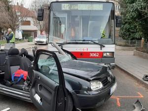 FOTO: V Králově Poli se srazilo auto s trolejbusem. Řidič osobáku na místě zemřel