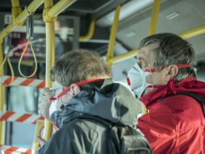Do hromadné dopravy pouze v roušce nebo šátku. DPMB od zítřka zavádí nová opatření