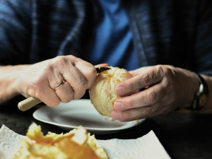 Podnikatelé z Brna a okolí se spojili a zajistí stovkám seniorů oběd zdarma, nyní hledají řidiče