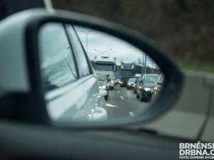 Na hranicích se Slovenskem je znovu třicetikilometrová kolona, ŘSD rozdává řidičům vodu
