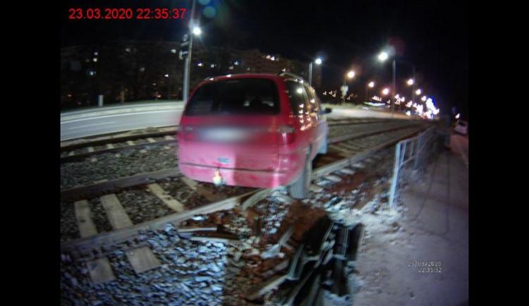 FOTO: Opilý řidič poslal na Konopné v Brně auto mezi koleje. Nemohl vyjet, tak zamkl a šel domů