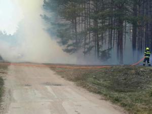 Odpoledne hořel les kolem železniční trati, požár hasilo sedmnáct hasičských jednotek