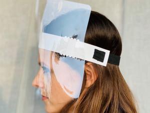 Brněnské firmy se spojily a v chráněné dílně vyrábí obličejové štíty. Část dávají zdarma nemocnicím, zbytek si mohou lidé koupit za náklady
