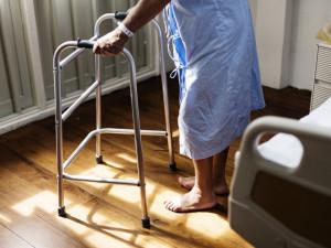 Senioři s příznaky musí z nařízení vlády zůstat v pečovatelských domovech. Je to hazard se životy, zní z kraje i od sociálních služeb