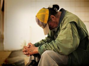 Po noci v uzavřeném nákupním centru se bezdomovec v Brně obsloužil nápoji v kavárně, čaj ani kávu majitel zaplatit nechce