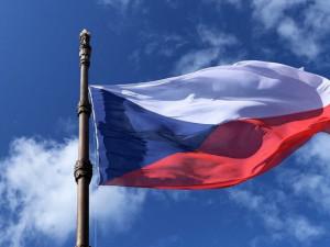 Česká vlajka dnes slaví přesně 100 let. Odborníci ji řadí mezi jednu z nejpovedenějších na světě