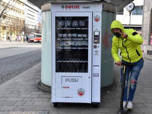 FOTO: Roušky, rukavice, dezinfekce. Brňané si mohou nově koupit ochranné pomůcky v automatech po celém městě