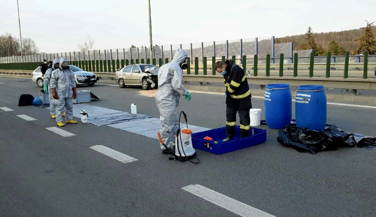 FOTO: U nehody v Brně zasahoval kvůli podezření na koronavirus biohazard tým