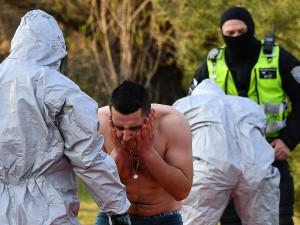 VIDEO: Opilému muži naměřili na záchytce horečku, tři strážníci nyní v izolaci čekají na výsledek jeho testů