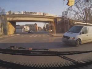 VIDEO: Řidič autobusu jen těsně zabránil srážce s dodávkou, která jela na červenou. Při manévru se zranily cestují s kočárkem