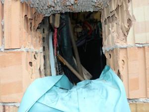 FOTO: Chataře vykradli tento měsíc po druhé, zloděj mu vyboural díru do zdi
