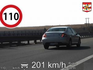 VIDEO: Prázdné silnice lákají k pirátské jízdě. Řidič Peugeotu prosvištěl kolem policistů dvoustovkou, žena se řítila obcí stovkou