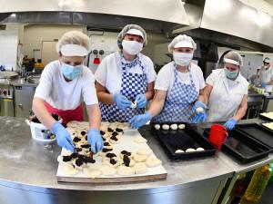 Lidé přispěli do sbírky brněnského magistrátu desítky tisíc korun. Za peníze vaří kuchařky obědy pro lidi v nouzi