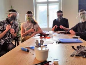 Dobrovolníci z Brna tisknou doma ochranné štíty. Záchranářům poslali už přes tisíc kusů