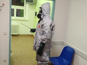 FOTO: Hasiči preventivně vydezinfikovali tři patra Fakultní nemocnice v Brně