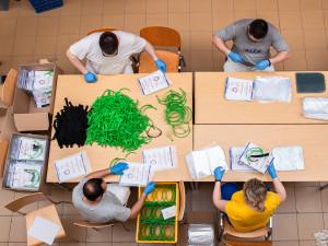 V Brně se nově vyrobí dva tisíce ochranných štítů denně, hlásit se o ně mohou všichni zdravotníci