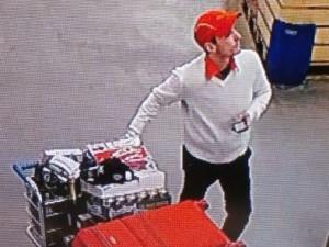 FOTO: Vykutálený zloděj ukradl v obchodě zboží za 30 tisíc, prodavačce se prosmýkl za zády