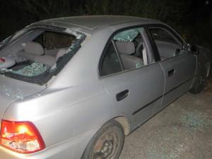 FOTO: Cholerický cizinec se u ubytovny pohádal s kolegou a kladivem rozmlátil auto. Pak zjistil, že bylo jeho