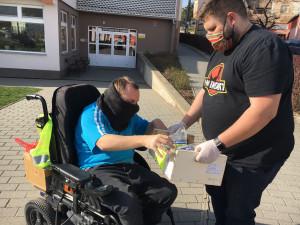 Sportovní vozíky vyměnili za nákupní. Nadační fond Emil zajišťuje v době koronaviru nákupy zdravotně postiženým
