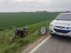 Opilý motocyklista se pokusil ujet policistům po poli, skončil v příkopě