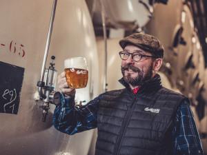 Budvar 33 zaznamenal úspěch! Hořký ležák z národního pivovaru proto nově zamířil i do lahví a plechovek