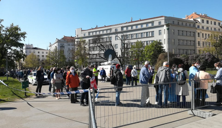 FOTO/VIDEO: Na Moravské náměstí přišly stovky lidí kvůli testování na koronavirus. Ve frontě se strhla šarvátka