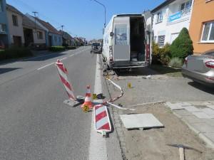 Řidič dodávky přehlédl stavbu na silnici. Narazil do dopravní značky, ta těžce zranila dva dělníky