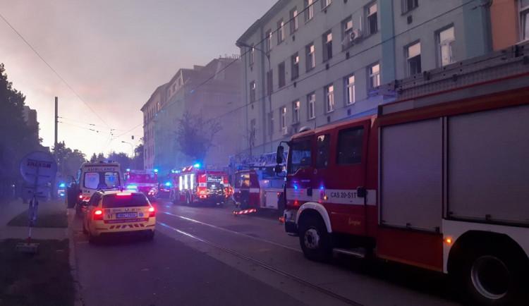 Při včerejším požáru sklepa na Jugoslávské se zranilo šest lidí