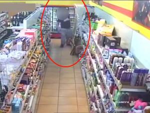 VIDEO: Opilý zloděj chtěl z brněnské večerky odvrávorat s plným batohem piva. Teď mu hrozí osm let za mřížemi