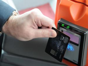 V části autobusů IDS na jihu Moravy je nově možné platit kartou