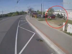 VIDEO: Policie pátrá po lupiči, který v Líšni u supermarketu brutálně zmlátil teleskopickým obuškem staršího muže