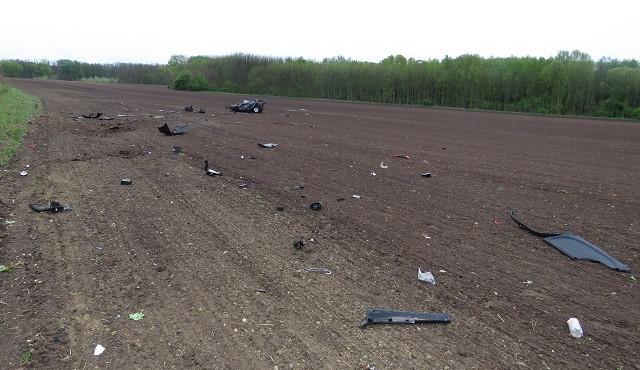 FOTO: Sešrotované auto ležící desítky metrů od silnice a řidič jen se škrábanci. Opilý mladík přežil vlastní smrt