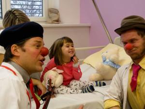 Zdravotní klauni přináší do nemocnic radost i přes zákaz návštěv. S nemocnými dětmi se setkávají díky videohovorům