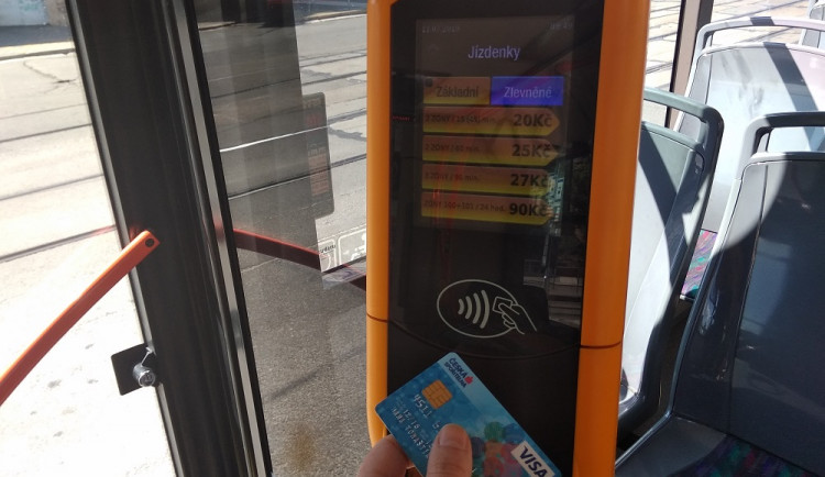 V autobusech na celé jižní Moravě půjde od léta platit kartou