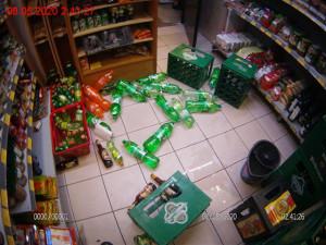 Osmadvacetiletý opilý agresor mlátil do výlohy obchodu, kde před tím rozházel zboží a napadal prodavače