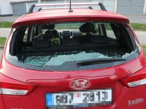 Opilý výtržník se řítil ulicí jako Hulk, převracel popelnice a poničil 14 aut i skleněné dveře