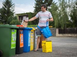 Češi zůstávají elitou v třídění. Každý vhodil do barevné popelnice v průměru 51 kilogramů odpadu