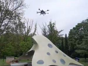 VIDEO: Brno-sever vyslalo dezinfekční dron. Ošetřil i Kaplického blob na zastávce Loosova