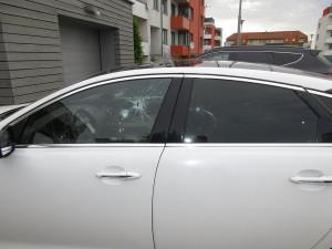 Policie pátrá po vandalovi, který poškodil Jaguára. Pachateli hrozí rok ve vězení