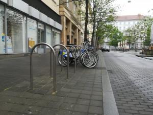 Na různých místech v Brně mohou cyklisté využít 80 nových cyklostojanů