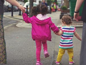 Pětiletá dívenka se ztratila na akci v centru Brna, dědečka našli díky roušce