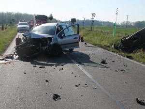 FOTO: Mladý řidič nesmyslně předjížděl kamion, čelně se srazil s dalším autem a zranil řidičku