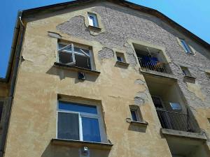 V Břeclavi zasahují hasiči u výbuchu v bytě, dva těžce zranění skončili v nemocnici. Evakuováno bylo 30 lidí