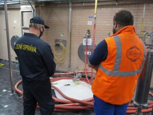 VIDEO: Celníci vylili čtrnáct tisíc litrů Starobrna do kanálu