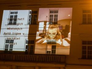 FOTO: Aktivisté promítali na budovu magistrátu v Brně porno. Natočilo se v městských bytech