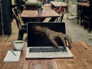Podvodnice si vymyslela úmrtí syna, operaci srdce i vlastní smrt, aby z internetového milence dostala 200 tisíc