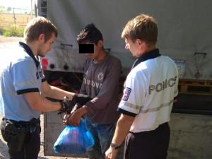 Migranti se tři dny drželi pod návěsem kamionu, na jižní Moravě to vzdali a opustili úkryt