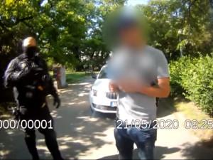 VIDEO: Muž zatoužil po novém outfitu a ukradl plnou tašku oblečení za 10 tisíc. Za svůj módní výstřelek se dočká trestu